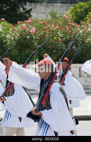 Evzonen Marsch in die traditionelle Wachablösung in Athen, Griechenland - Stockfoto