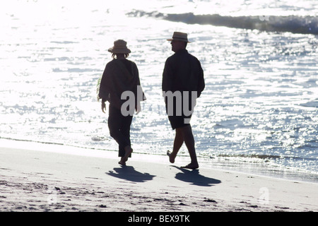 Ein paar zu Fuß am Strand auf Waiheke Island (Neuseeland) - Stockfoto