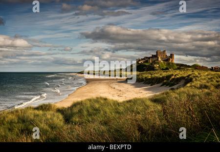 Späten leuchtet Nachmittag das Schloss und den Strand von Bamburgh - Stockfoto
