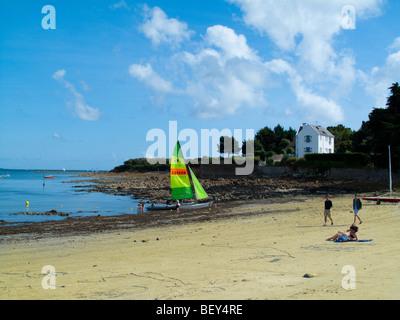 Segelboot hochgezogen am Strand in der Nähe von La Trinite Sur Mer, Bretagne, Frankreich - Stockfoto