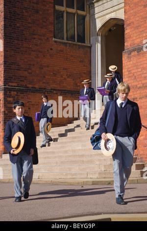 Auf dem Hügel, Harrow School Schüler oder Studenten in einheitlichen Wandern im Gelände mit traditionellen Stroh Bootsfahrer zur Mittagszeit Egge
