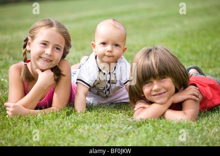 Kleinen Kindern auf einer Wiese - Stockfoto