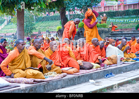 Mönche beten am Mahabodhi-Tempel in Bodhgaya, Indien. - Stockfoto