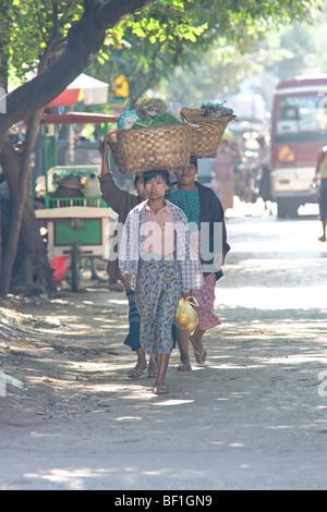 Frau mit Korb auf dem Kopf, Verkauf von Lebensmitteln, Mandalay, Myanmar. - Stockfoto