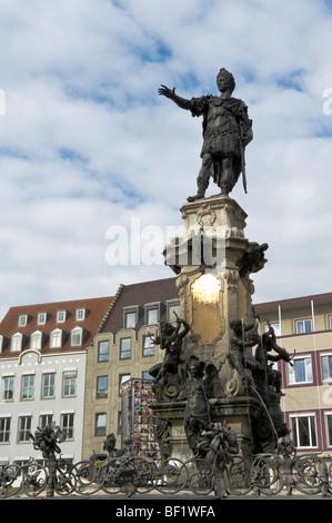 Augustus-Statue auf dem Augustus-Brunnen in quadratischen Rathausplatz, Augsburg, Schwaben, Bayern, Deutschland, - Stockfoto