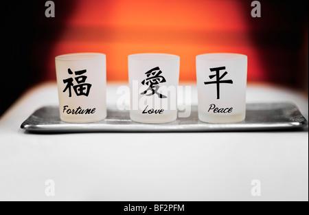 Votiv-Gläser von Glück, Liebe und Frieden - Stockfoto