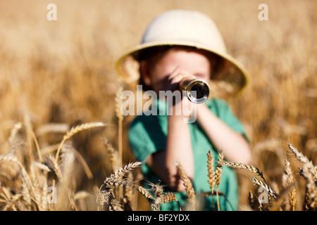 Porträt von 4 Jahre alten Buben im Explorer Hut - Stockfoto