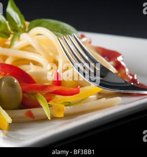 Spaghetti mit Paprika und Oliven in Nahaufnahme - Stockfoto