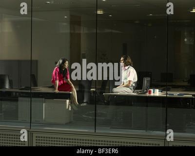 zwei Menschen sitzen in einem Büro - Stockfoto