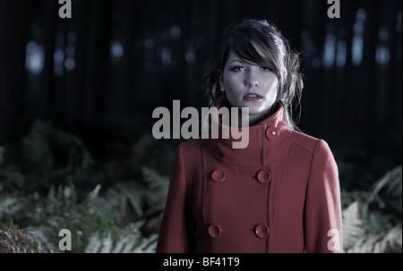 Atemberaubende Teenager-Mädchen im Wald - Stockfoto