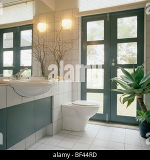 ... Wandleuchte An Wand Neben Verglaste Doppeltür In Modernem Weiß  Geflieste Badezimmer Mit Montierten Waschbecken Und