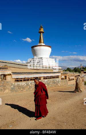 Tibetischen Buddhismus, Mönch auf der Kora vor ein weißer Stupa, Palast der Panchen Lama, Tashilhunpo Kloster, Shigatse, - Stockfoto