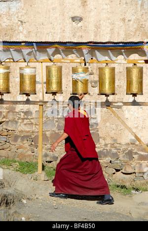 Tibetischen Buddhismus, Mönch auf der Kora vor ein weißer Stupa, Turner Gebet Mühlen, Palast des Panchen Lama, Tashilhunpo - Stockfoto
