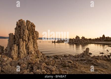 Sonnenaufgang am South Tufa, Mono Lake, Lee Vining, California, USA - Stockfoto