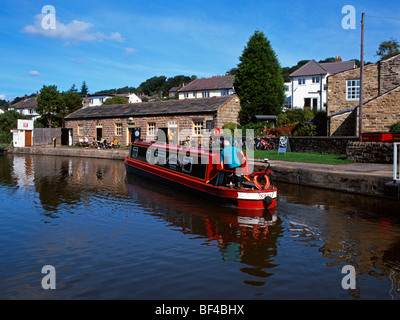 Narrowboat am Leeds-Liverpool Kanal, steigen fünf Schlösser, Bingley - Stockfoto