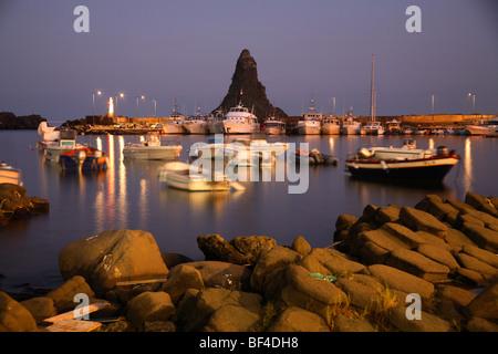 Boote in dem kleinen Hafen von Aci Trezza, Sizilien, Italien - Stockfoto