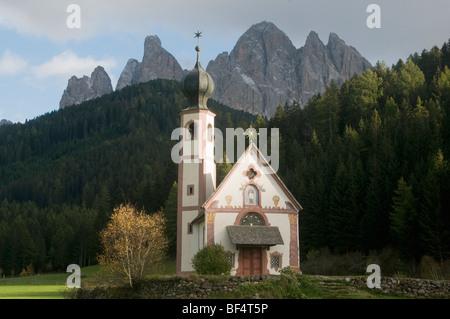Kirche von St. Johann in Ranui, Val di Funes, Geisler Bergen im Hintergrund, Dolomiten, Trentino-Südtirol, Norditalien - Stockfoto