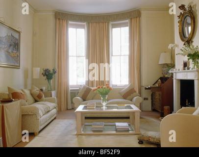 Cremefarbene Sofas Und Glas Holz Couchtisch In Traditionellen Cremefarbenen Stadthaus Wohnzimmer Mit