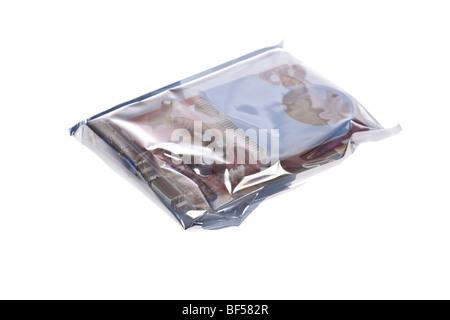 Antistatische Beutel zum Schutz einer Grafikkarte auf einem weißen Hintergrund isoliert - Stockfoto