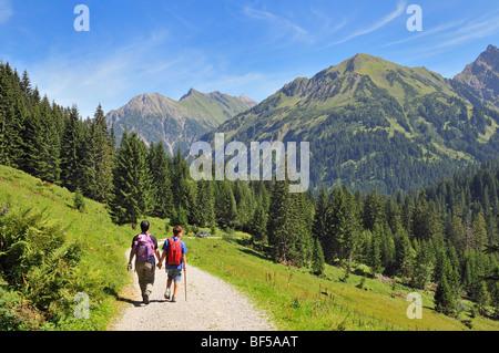 Wandern im Turatal Tal, Kleinwalsertal, Walsertal, Vorarlberg, Allgäu-Alpen, Österreich, Europa - Stockfoto