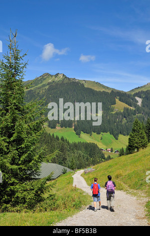 Wandern auf dem Panoramaweg in Baergunttal Tal, Kleinwalsertal, Walsertal, Vorarlberg, Allgäu-Alpen, Österreich, - Stockfoto