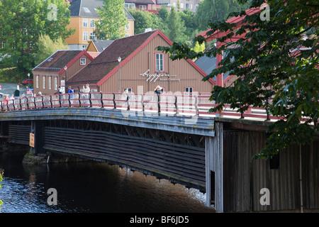 Baklandet Trondheim mit alten historischen Holzhäusern in alten Vierteln entlang Bryggen und Fußgänger ikonischen - Stockfoto