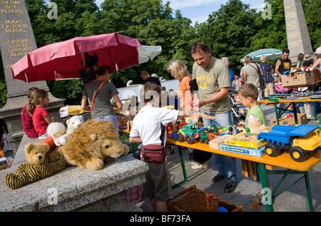 Flohmarkt für Kinder am Karlsplatz Ort in Stuttgart, Baden-Württemberg, Deutschland - Stockfoto