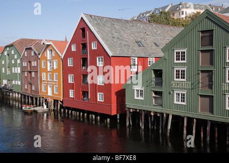 Norwegen Trondheim Baklandet Bryggen historische Häuser Gebäude entlang Fluss Nid lva - Stockfoto