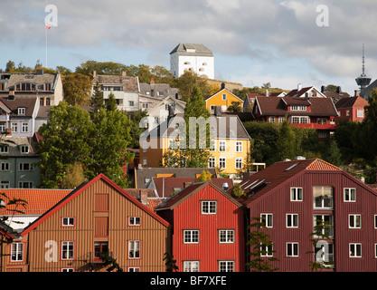 Norwegen Trondheim Baklandet Bryggen historische Häuser Gebäude entlang Fluss Nid Lva und Blick in Richtung Fredrikstein - Stockfoto