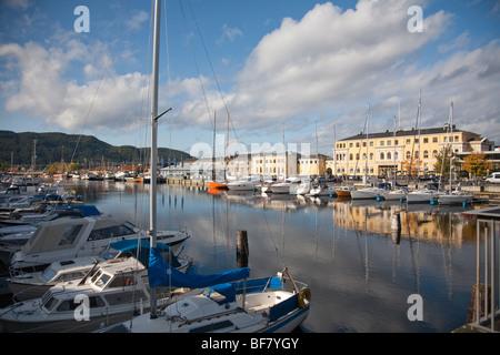 Norwegen Trondheim Baklandet Bryggen Boote Häuser Gebäude entlang Fluss Nid lva - Stockfoto