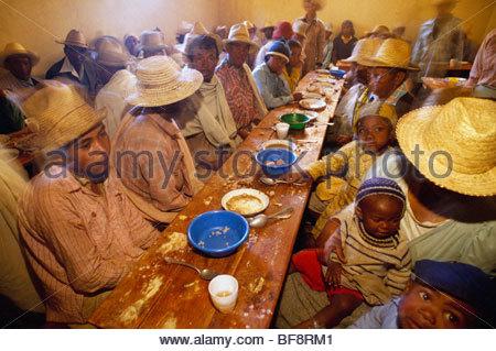 Trauergäste, die gemeinsame Mahlzeit in der Nähe von Antananarivo, Madagaskar - Stockfoto