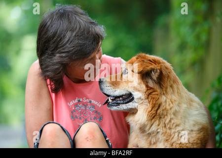 Mischling Hund (Canis Lupus F. Familiaris), 15 Jahre alten Chow Chow-Mix in den Augen der Herrin, Deutschland - Stockfoto