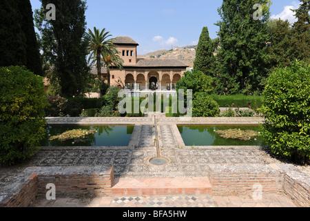 Blick vom Partal Gärten zum Tower of The Ladies, Partal, der Alhambra, Granada, Andalusien, Spanien - Stockfoto
