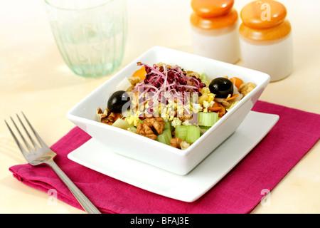 Salat von Sellerie und Walnüsse. Rezept zur Verfügung. - Stockfoto