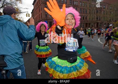 Läufer passieren durch Harlem an die 22 Meile Markierung in der Nähe von Mount Morris Park in der 39. jährlichen - Stockfoto