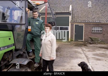Nostalgische Bauer und Bäuerin Frau, Mann und Frau gemeinsam auf Bauernhof - Stockfoto