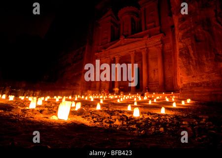 Die berühmte Schatzkammer beleuchtet mit Kerzen bei Petra bei Nacht, Jordanien - Stockfoto