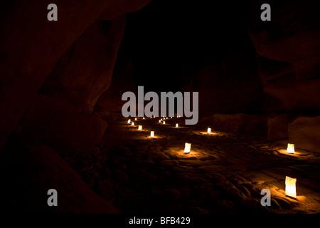 Die Siq führt an den Fiskus bei Petra bei Nacht, Jordanien - Stockfoto