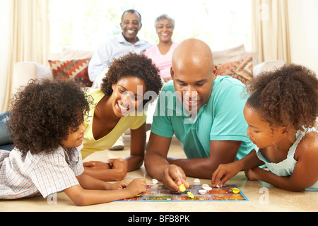 Familie spielen Brettspiel zu Hause mit Großeltern beobachten