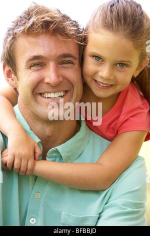Porträt von Vater und Tochter im Park - Stockfoto
