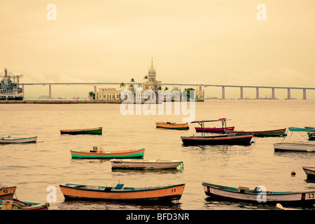 bunten Booten und Festung am Hafen in Rio mit Blick auf Südamerika längste Brücke Stockfoto