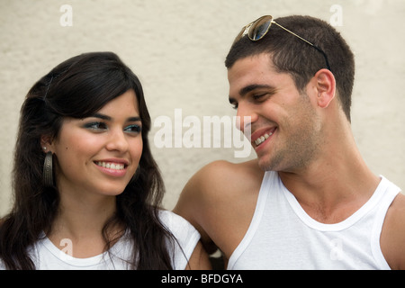 Junges Paar auf einer Bank sitzen. - Stockfoto