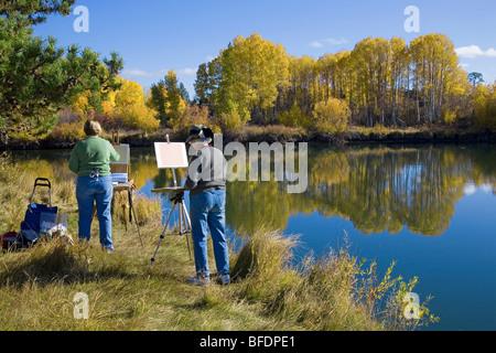 Künstler malen den Herbst Oktober Farbwechsel entlang der Deschutes River Trail in der Nähe von Bend, Oregon - Stockfoto