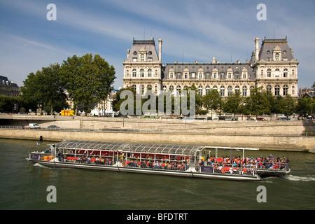 Ausflugsschiff, vorbei an dem Hotel de Ville entlang dem Fluss Seine in Paris, Frankreich. - Stockfoto