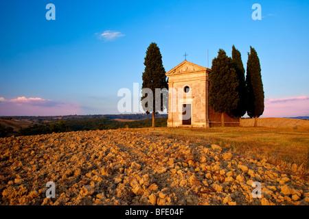 Cappella di Vitaleta in das warme Licht der untergehenden Sonne in der Nähe von San Quirico Val d ' Orcia, Toskana - Stockfoto