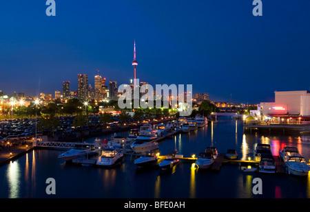 Im Stadtzentrum gelegenes Toronto gesehen von Ontario Place in der Nacht, Toronto, Kanada - Stockfoto