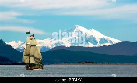 Mount Baker und Sidney Islandwith Lady Washington Segeln aus Saanich Peninsula auf Vancouver Island, British Columbia, - Stockfoto