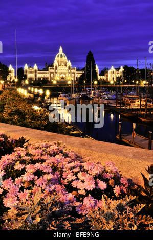 Innenhafen und beleuchtete Parlamentsgebäude in der Abenddämmerung, Victoria, Vancouver Island, British Columbia, - Stockfoto