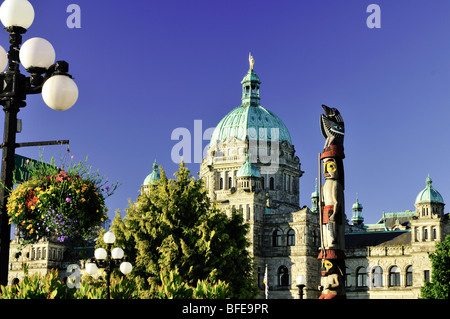 Parlamentsgebäude und Totempfahl, Victoria, Vancouver Island, British Columbia, Kanada - Stockfoto