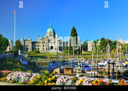 Blumenbeet und Innenhafen mit Parlamentsgebäude, Victoria, Vancouver Island, British Columbia, Kanada - Stockfoto